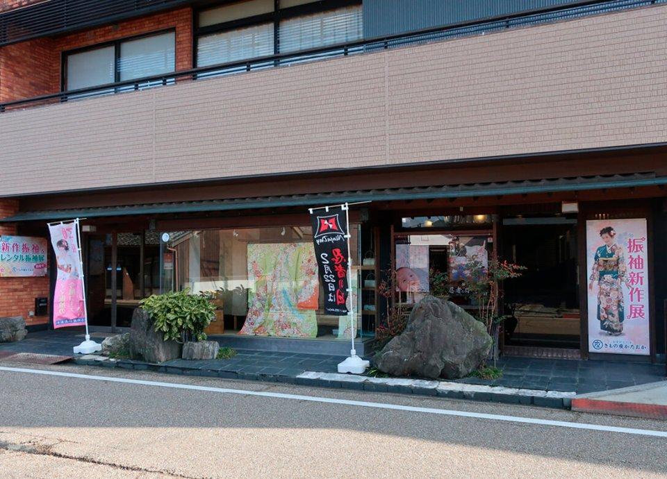 平成13(2001)年にまちの中心部・東町店より元の車坂町店舗に移転。2階は展示会場になっている