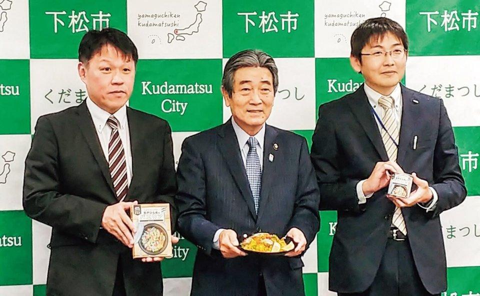 安野政行専務理事(左)らが國井市長(中)に報告