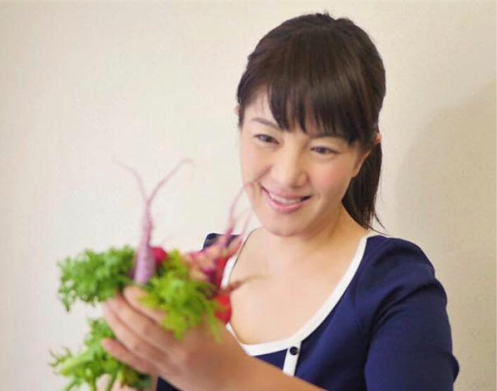 ベジィデザインの奥村真由美さん。「野菜を見て癒やされてほしい、食することで健康になっていただきたい、という思いを込めて野菜ブーケを制作しています」