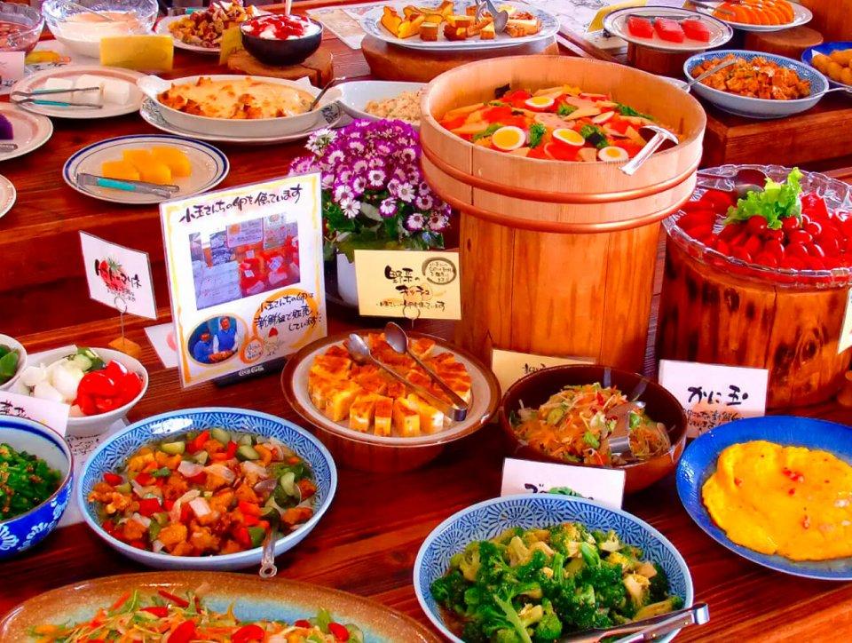 """レストランのランチバイキングでは、味はいいが形や色が""""規格外""""の旬の食材を活用"""