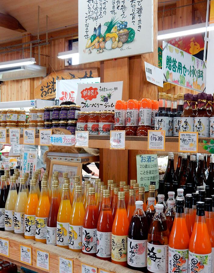 「新鮮組」店内には、農産物を加工したカラフルなジュースやジュレなどが並んでいる