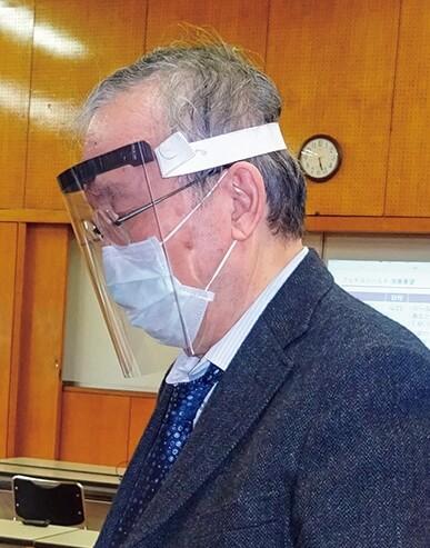試作品を確認する松田医療・福祉部会長