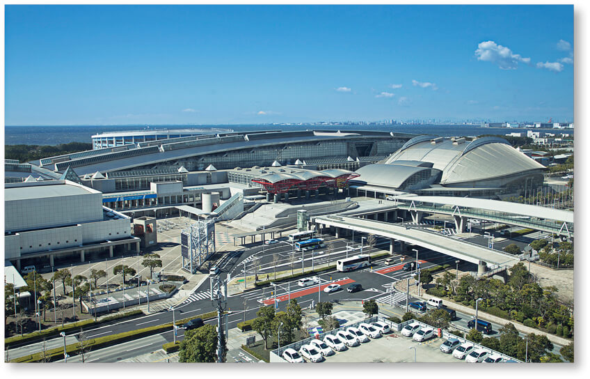 千葉市美浜区の幕張新都心に位置する国内最大級のコンベンション・センター「幕張メッセ」。国際展示場2棟11ホール、国際会議場、幕張イベントホールを有する