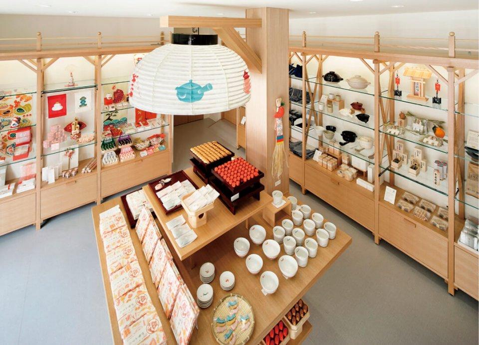 伊勢市にある「ゑびや商店」では三重県の食材を使用した土産ものや職人技の工芸品などを販売