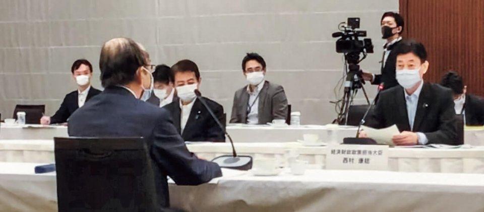 三村会頭(左)らの話に耳を傾ける西村大臣(右)