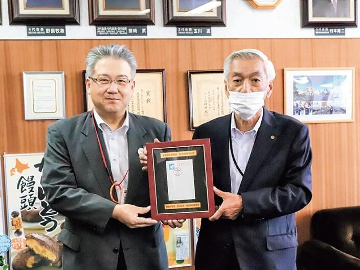 佐々木局長(左)が中泉会頭(右)へ記念額を贈呈