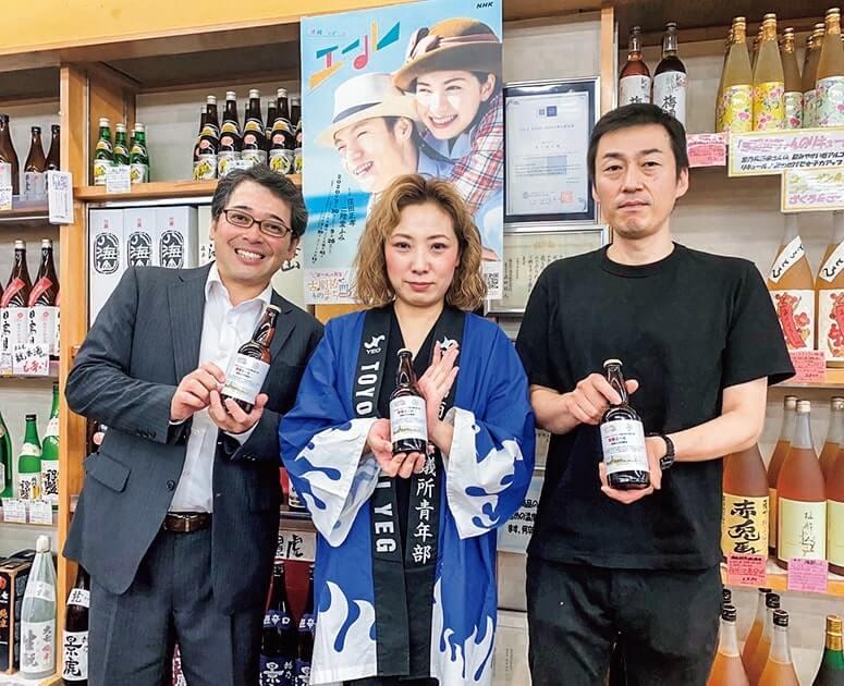 豊橋YEGの中林衣梨さん(中央)とビール開発を手掛けた皆さん