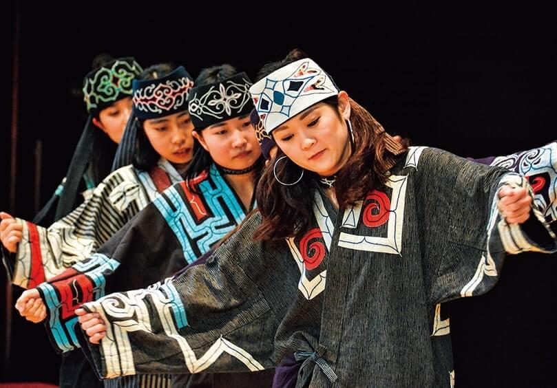 伝統芸能上演 (提供:(公財)アイヌ民族文化財団)