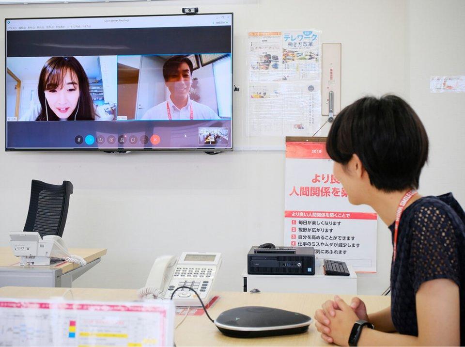 オフィスにいながら、テレワークしている人ともすぐに画面越しに話ができるようになっている
