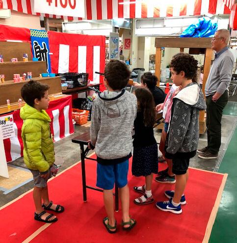 """寄港日に合わせて和商市場で開催される""""縁日""""は、国内外問わず、大人から子どもまで楽しめる充実した内容だ"""