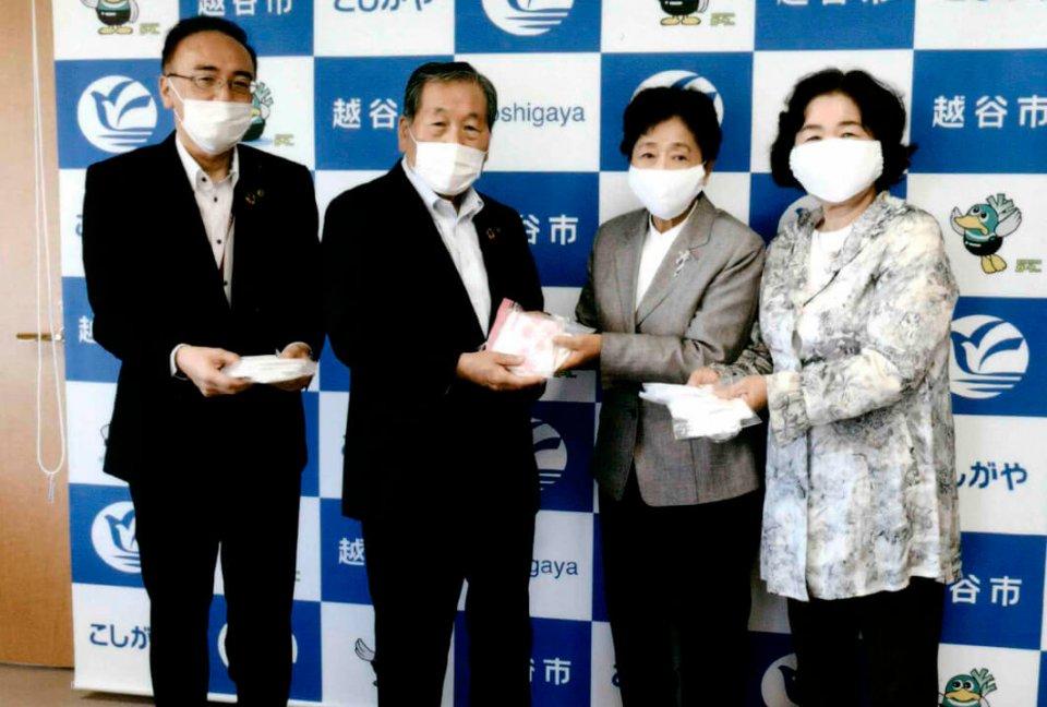 左から鈴木正明環境経済部長、高橋努市長、中村幸江会長、深野マサ子副会長