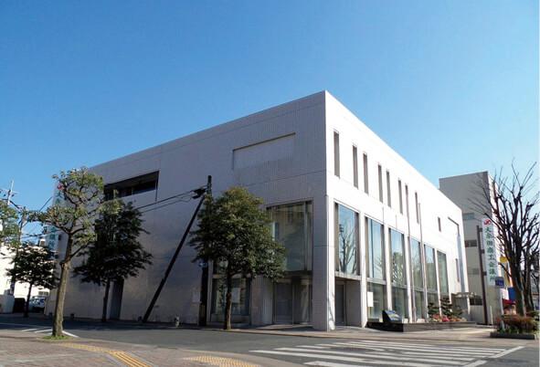 大牟田商工会議所 大牟田市(おおむたし)は、福岡県の最南端に位置する市。石炭産業から発展した高い技術力と環境リサイクル産業などの新興産業(エコタウン)や、立地条件の良さから多くの企業に注目されている産業都市である。