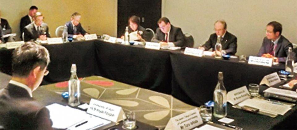 ロバートソン財務大臣(右から3人目)と懇談する三村団長(同2人目)