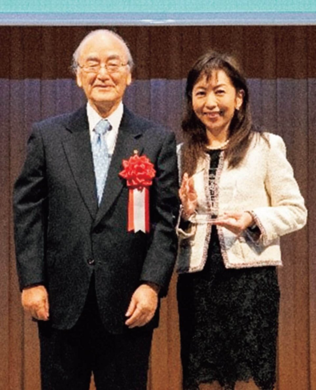 三村会頭(左)と日本商工会議所会頭賞を受賞したダイヤ精機株式会社の諏訪社長