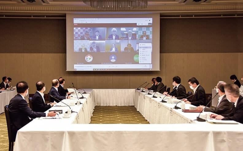 日商側(左)と内閣府幹部(右)。日商副会頭らはオンラインで参加