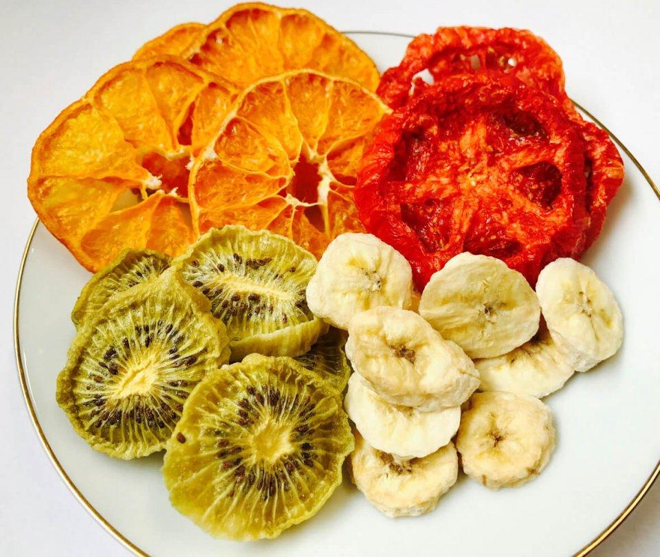 乾燥機は九州工業大学との共同研究で実用化され、素材の色味、風味、栄養を損なわない乾燥と省エネを実現