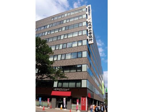 札幌のシンボル・札幌市時計台に隣接する札幌商工会議所。1階の「さっぽろ時計台 北のブランドショップ」では、同所が認証する「北のブランド」認証製品や道内企業こだわりの商品などを販売している