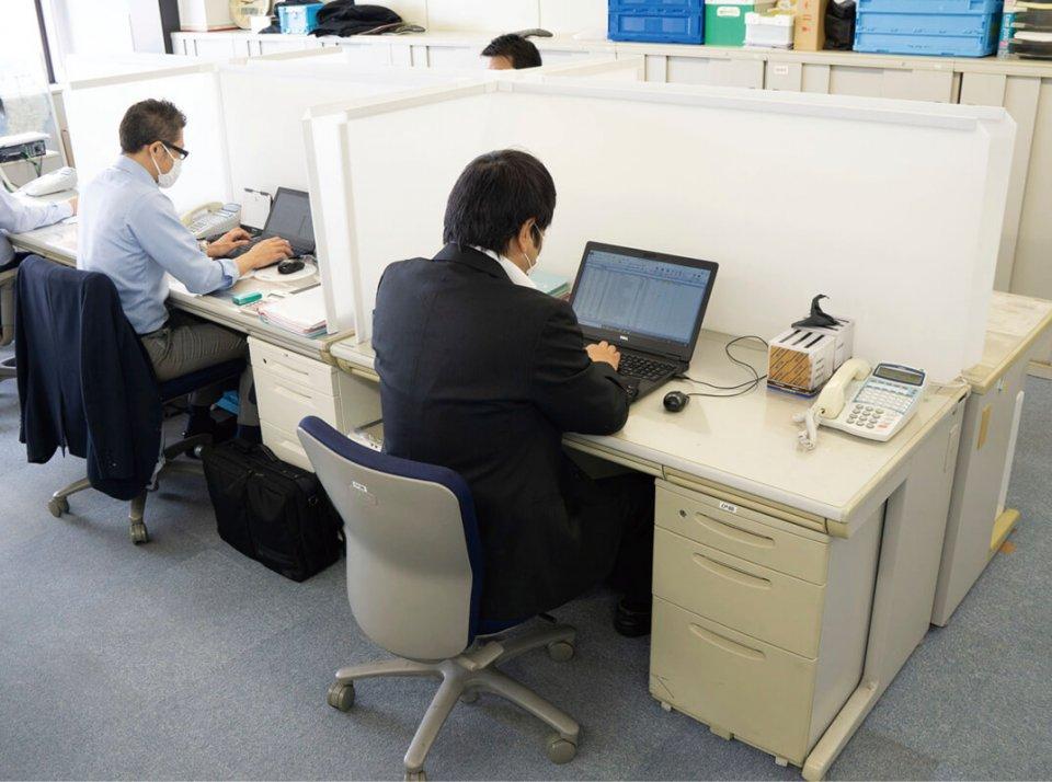 岐阜プラスチック工業が提供したオフィス用の飛沫感染対策パーテーション。テレワークへの切り替え困難な企業のニーズに合致した