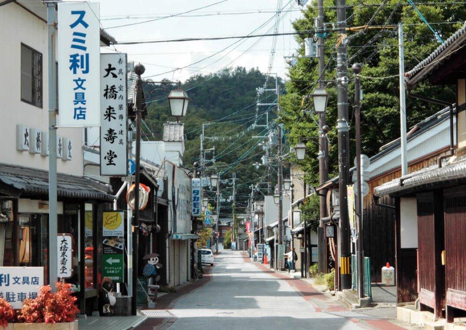 市内には風情ある商店街や歴史的建造物が点在する