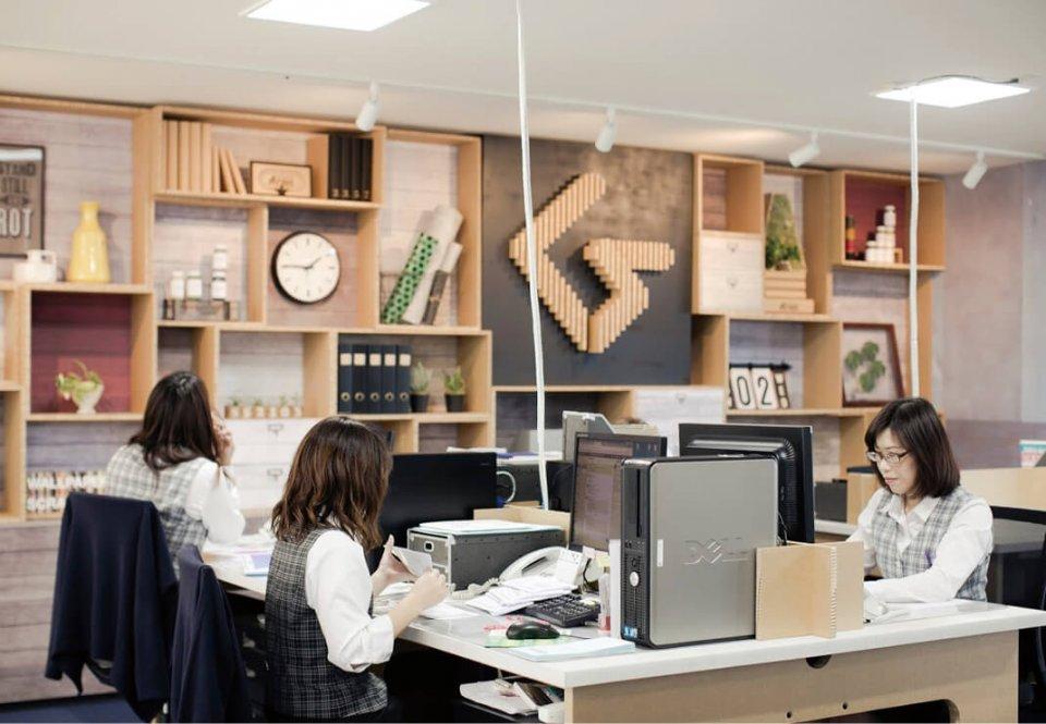 グランド印刷本社。働き方は多様。女性の比率も6割に達した。テレワークもできる体制だが、現時点では出社して皆が顔を合わせることのメリットの方が大きいという