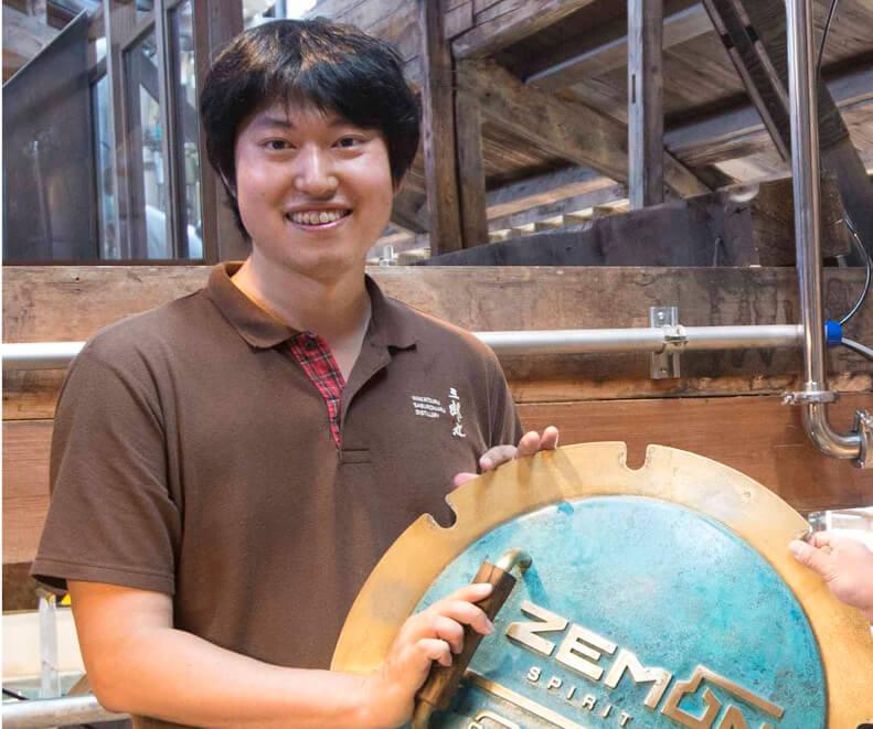 若鶴酒造取締役の稲垣貴彦さん。「日ごろから食品工場として厳格な衛生管理を行っていることが、安全な製品づくりに役立ちました」