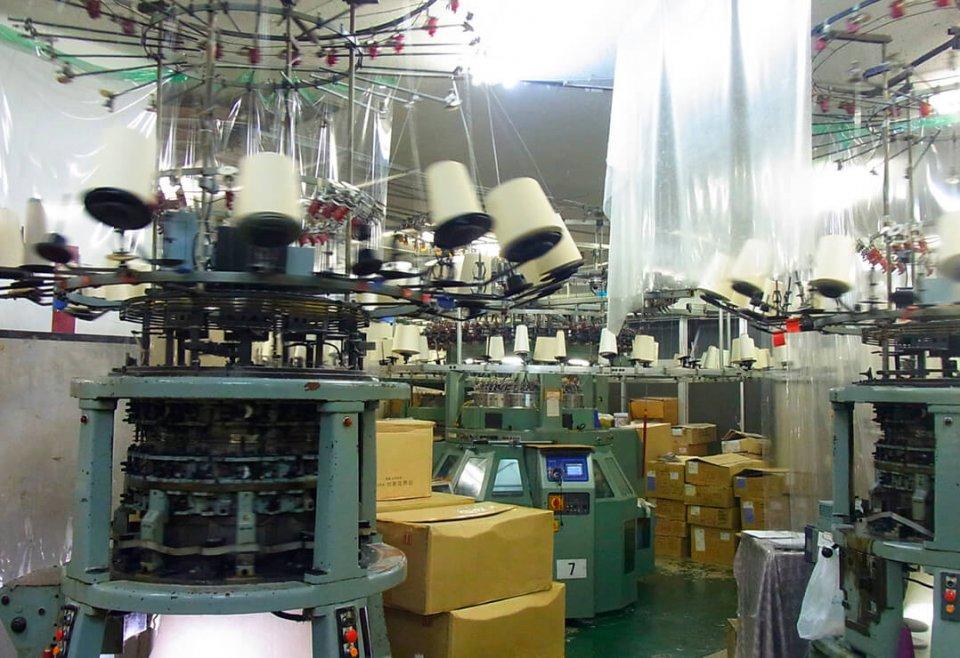 24時間フル稼働の工場は、気温や湿度を調整しやすい自社ビルの地下に設置。三交代の引継ぎ時間を長く取るなど、コロナ禍で体制の見直しを図った