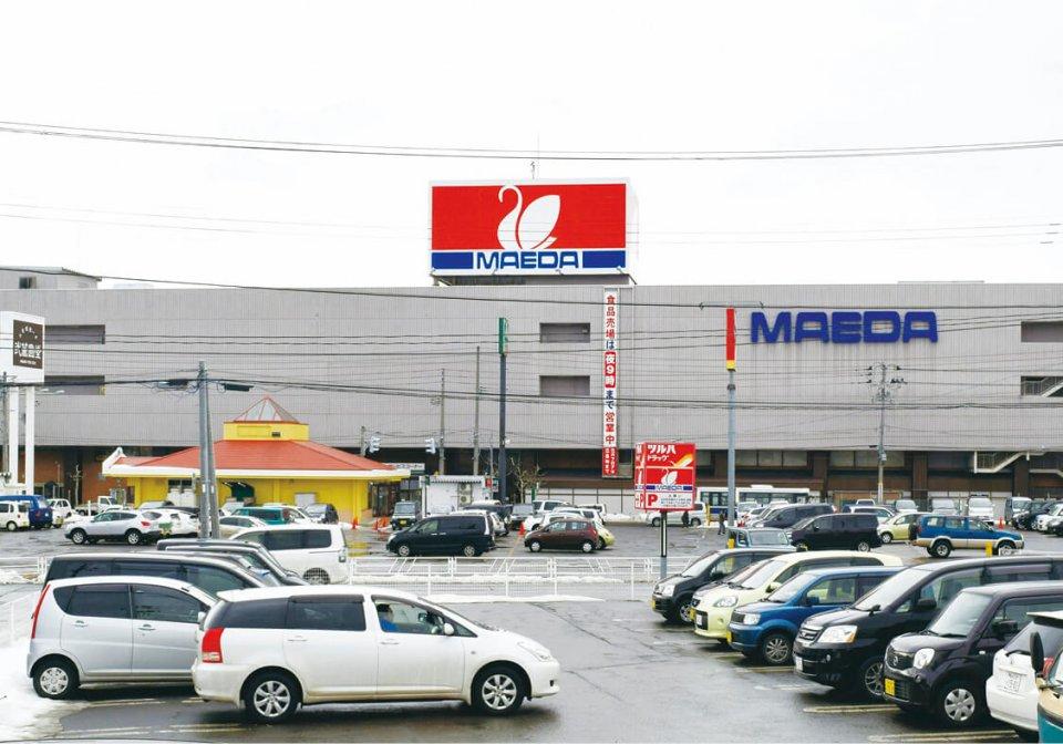 むつ市内にあるマエダ本店。2002年頃から出店数を増やし、新店舗やリニューアルオープンで、現在、県内に36店を展開する