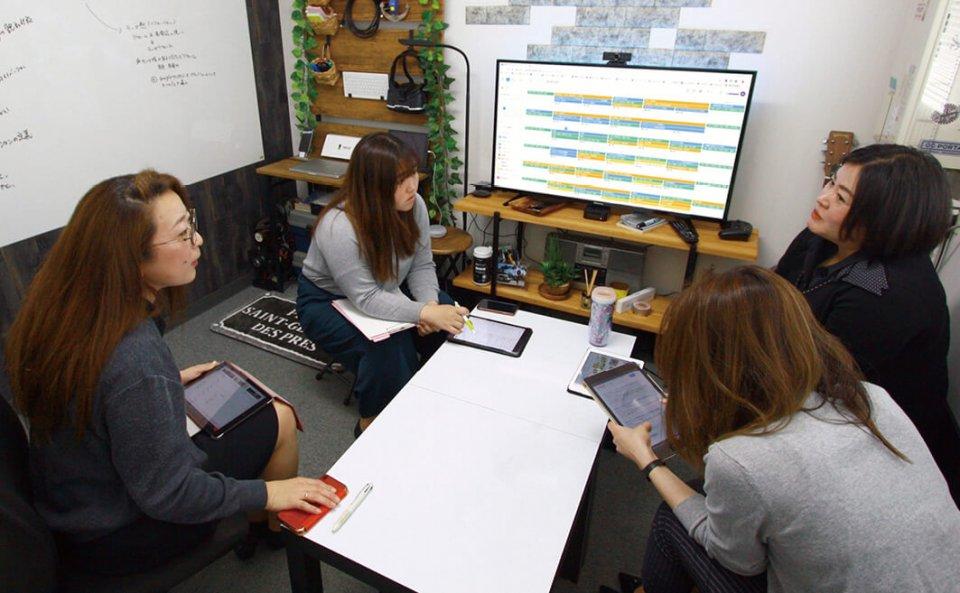 ペーパーレス化が実現した会議では、資料を画面に投影しiPadも活用しながら進んでいく