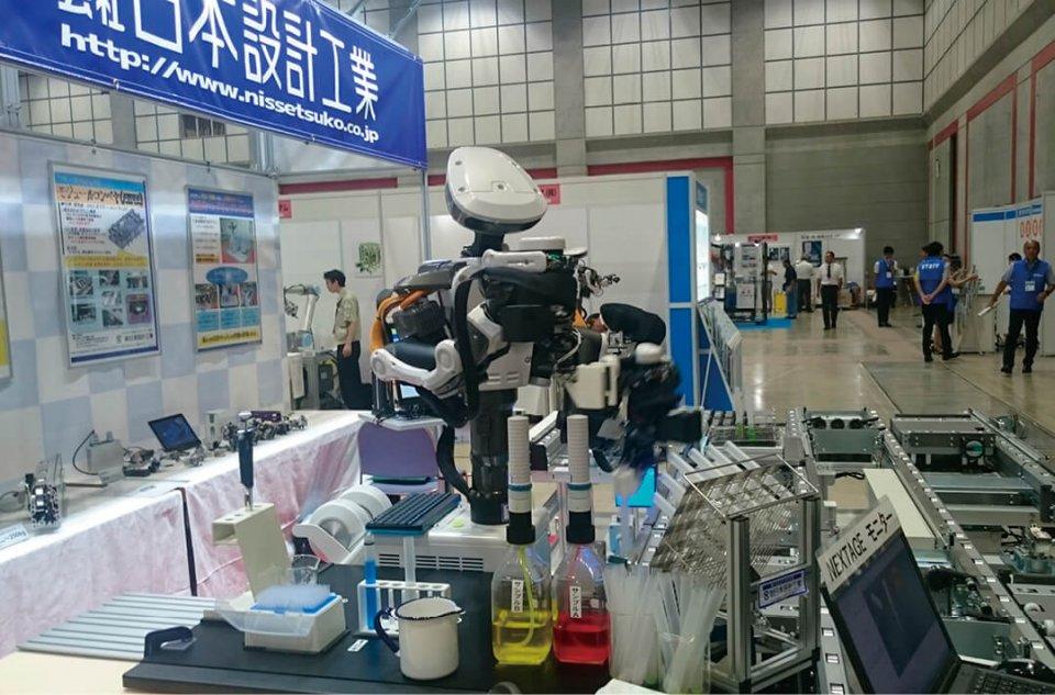 人の上半身のような形をしたヒト型協働双腕ロボット。人への安全性を確保しつつ、複雑な作業をこなす