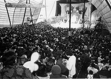 51年に後楽園球場で開催した公演には多くの観客が詰めかけた