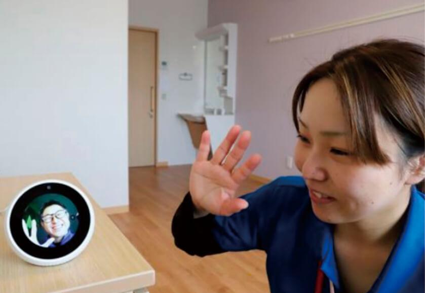 住宅型有料老人ホーム「ななかまど津志田」にAIを活用したスマートルームを設置。利用者は離れた家族とのテレビ通話ができ、ナースコールが減って介護士の業務作業の軽減にもつながった