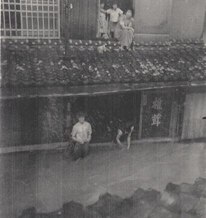 昭和28年に北九州を襲った西日本水害で日田市内を流れる三隅川が氾濫し、店が床上浸水の被害に