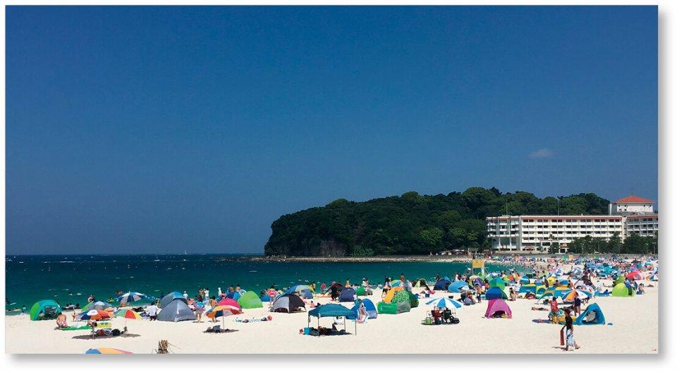 延長620mの遠浅の浜で、夏にはカラフルなパラソルが咲きみだれる白良浜。(写真提供:公益社団法人 和歌山県観光連盟)