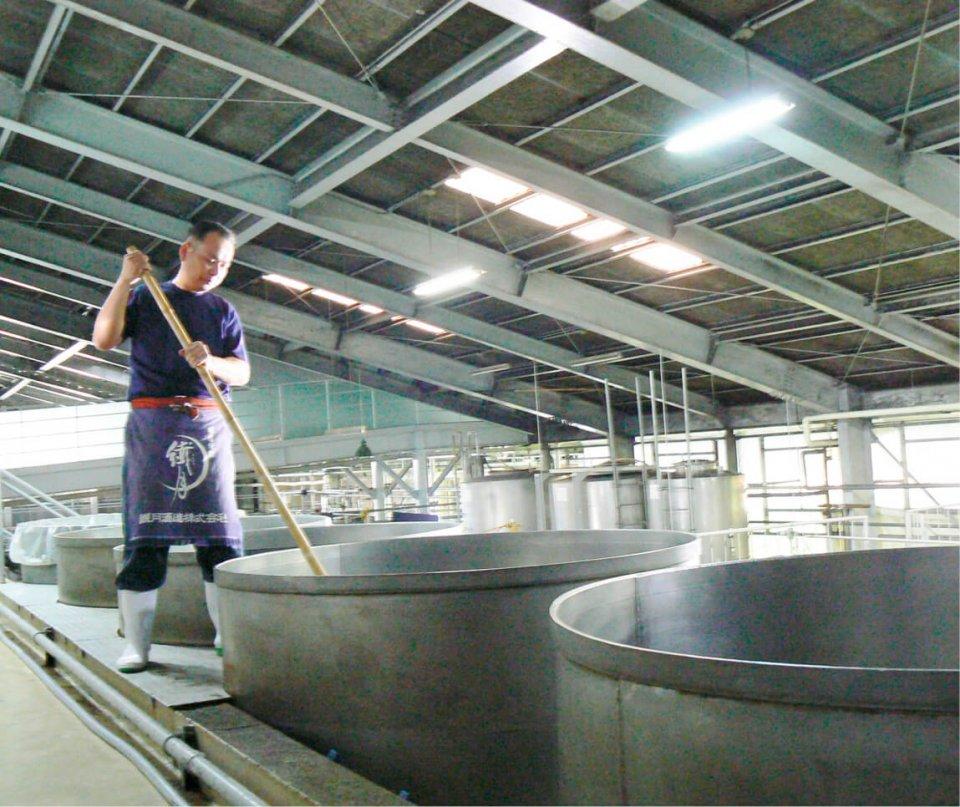 繊月酒造は初代から専属の杜氏がいるのが特徴。三代目杜氏は焼酎界初の「現代の名工」に選ばれ凄腕で、現在六代目が継承する