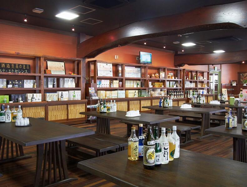 工場併設の約30銘柄を試飲できる「繊月城見蔵」。蔵限定品や地元の土産品も充実