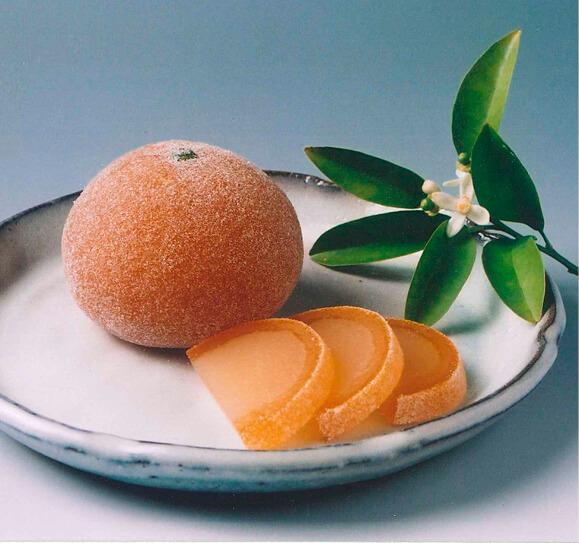 「夏蜜柑丸漬」は、輪切りを半分にした形に切ると、食べるときに皮とようかんの割合がマッチする