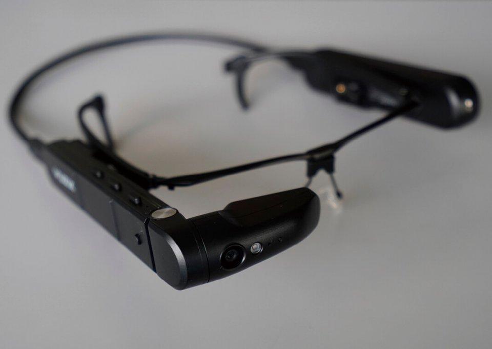 「リモートマイスター」本体。米国製ハイエンドスマートグラスにアプリを実装。動画も残せるので技術伝承のツールにもなる
