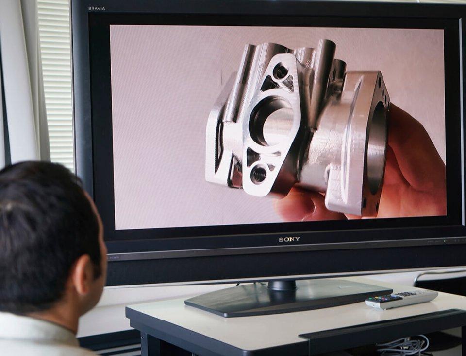 リモートマイスターの受信者側は、ブラウザーに専用サーバーのURLを入力するだけで、世界中どこからでも高画質映像を見ながら通話できる