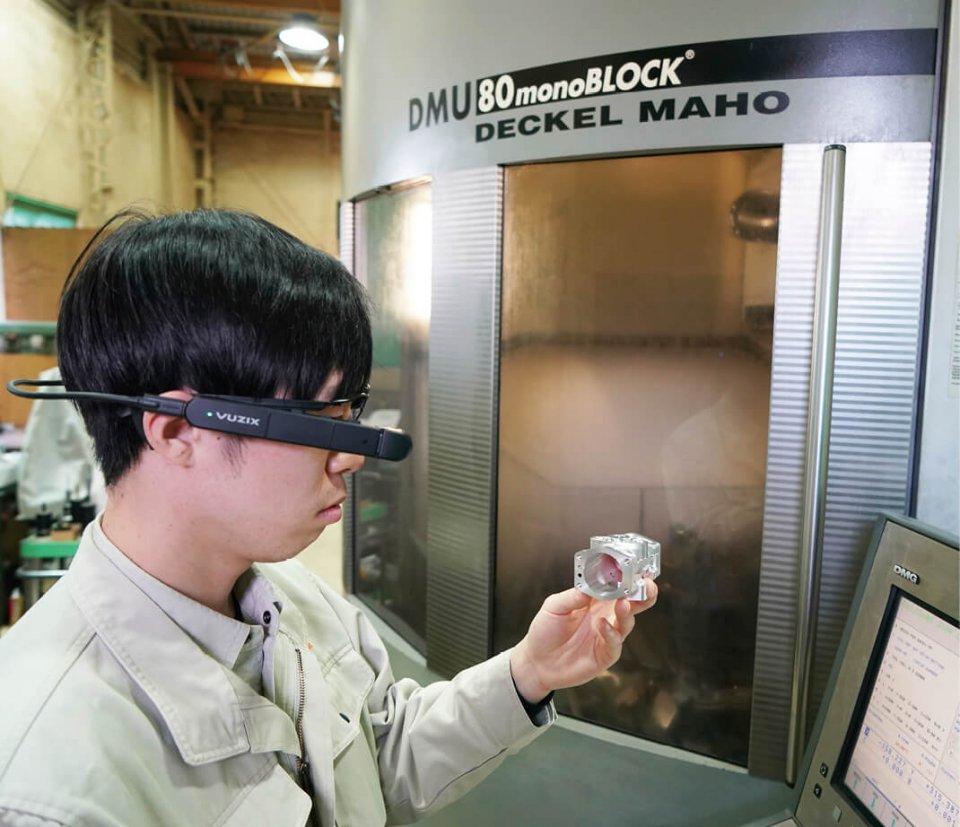 リモートマイスターはメガネタイプのフレームに付けるほか、ヘルメットに装着することも可能だ