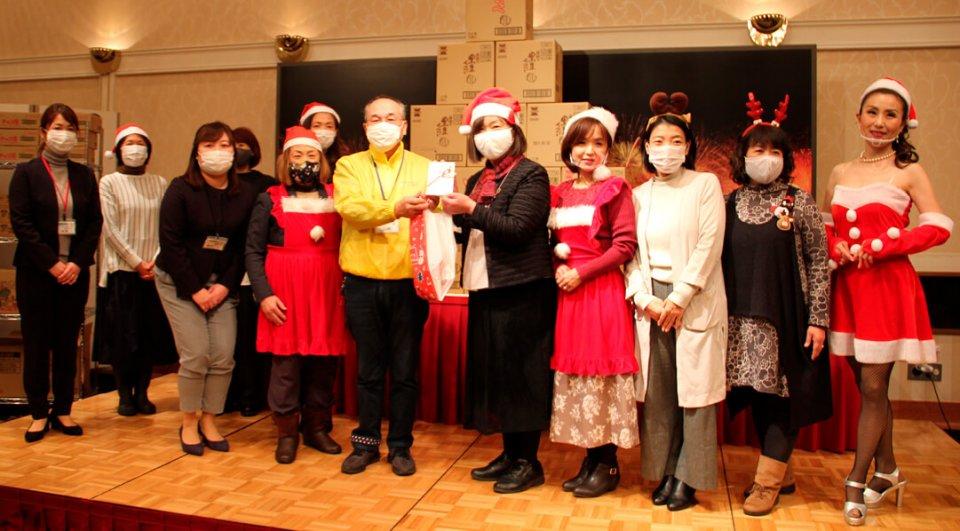 贈呈式では、西脇会長から山崎センター長へ目録が手渡された