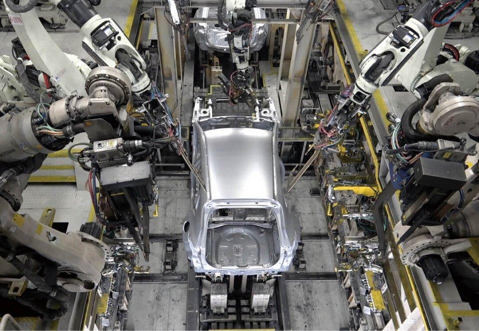 工場内では、ロボットアームがまるで意志をもっているかのような緻密な動きをする
