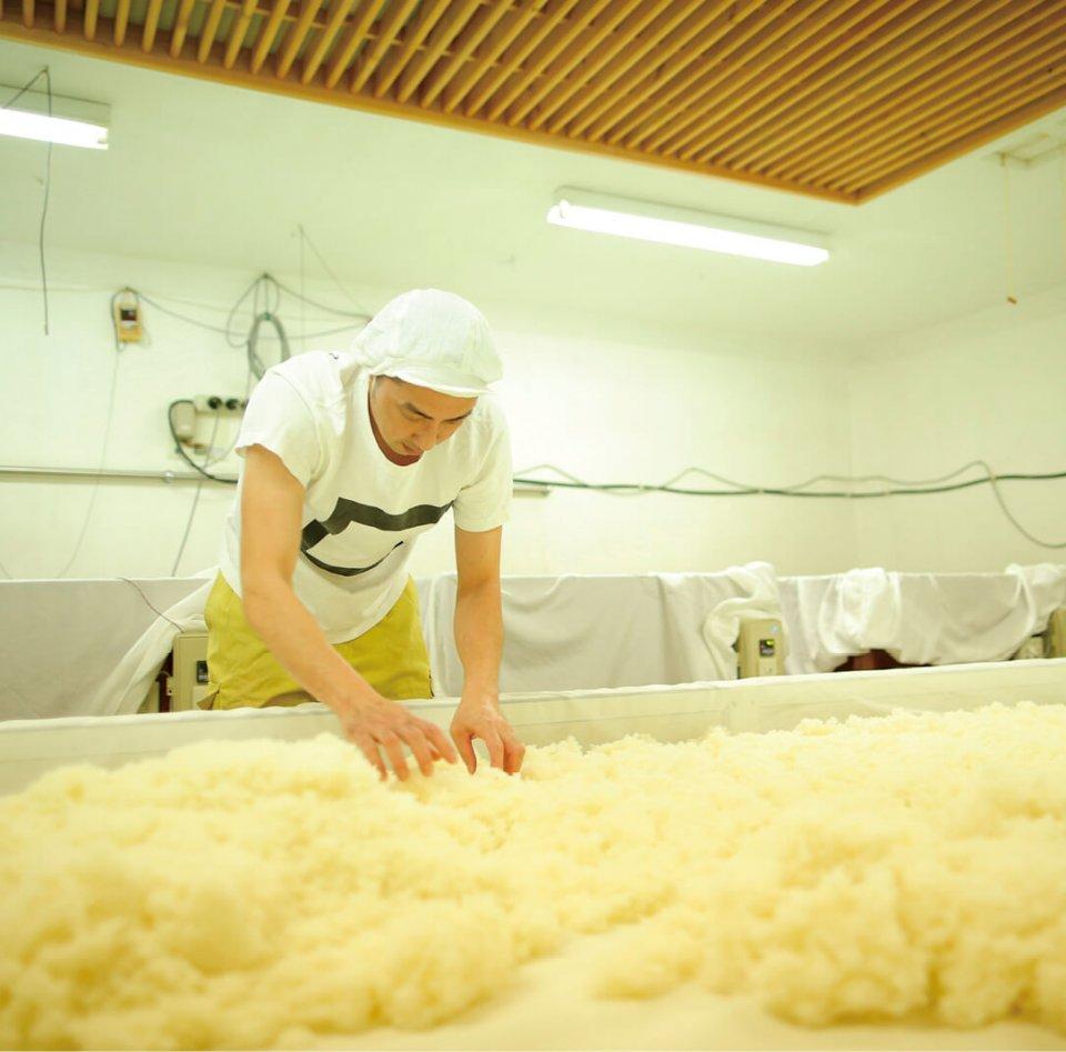 米こうじづくりや湿気具合の確認など手でやるべき作業は手で行っている