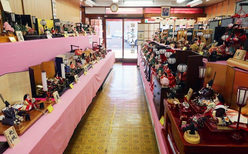 3月まではひな人形、5月まではかぶと、その後はお盆用の造花、年末は羽子板や破魔弓を販売している