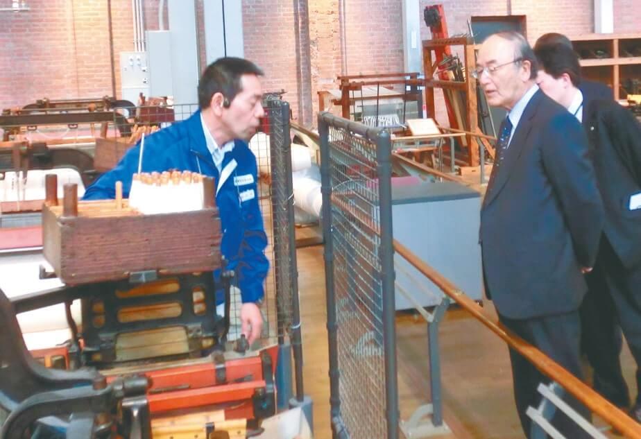 近代日本の発展を支えた繊維機械と自動車の技術の変遷を紹介した産業技術記念館を視察(11月27日・名古屋市)