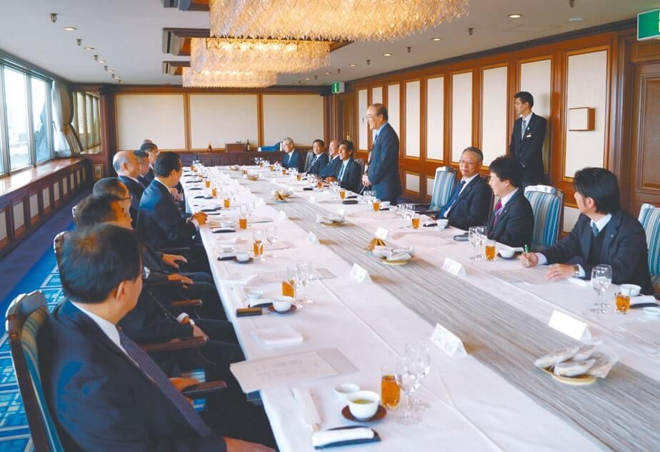 北海道内から集まった11の商工会議所会頭などと懇談(12月9日・札幌市)