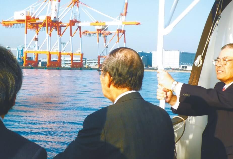 佐々木謙二・横浜商工会議所会頭(右)の案内で横浜港の港湾整備状況を視察(12月2日)