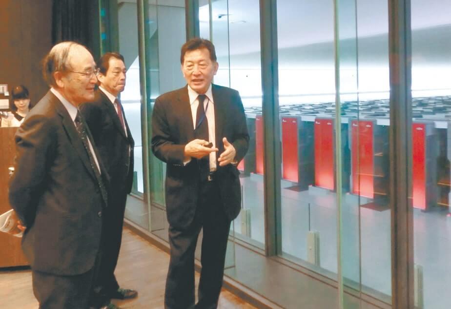 2011年に世界第1位の性能を2期連続で獲得した理化学研究所のスーパーコンピューター「京」を視察(11月27日・神戸市)
