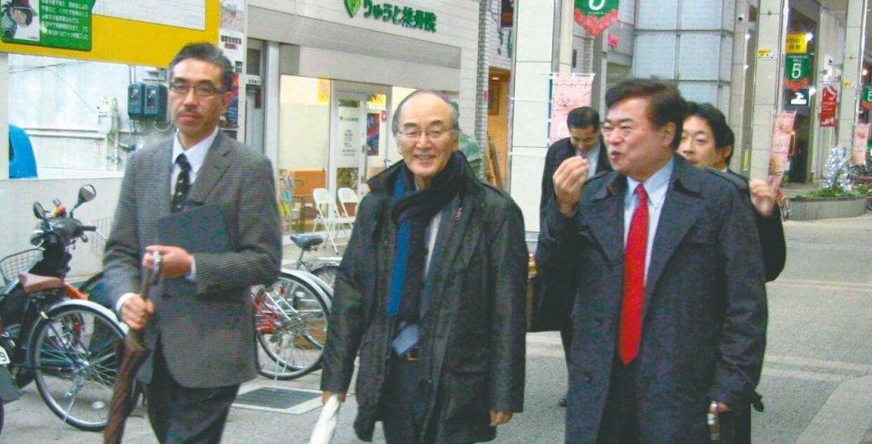 福田勝之・新潟商工会議所会頭(右)の案内で新潟の古町など中心商店街を視察(12月17日・新潟市)