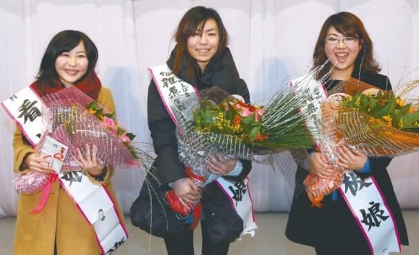 (左から)「看板娘」の準グランプリの佐藤真未さん、グランプリの渡辺綾子さん、準グランプリの遠藤望さん