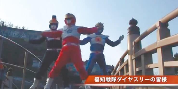 福知山城そばの昇龍橋で軽やかに踊るご当地ヒーロー